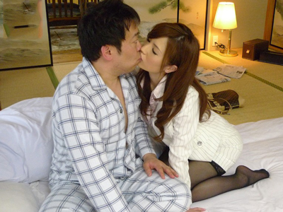 【エロ動画】黒パンスト巨乳女教師・梓ユイが気持ち悪い生徒の父と騎乗位で腰を振って顔射セックス