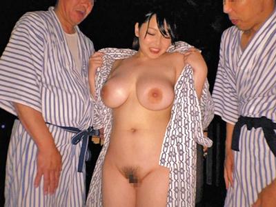 【エロ動画】温泉でスケベ水着を着て乱交寝取られセックスを楽しむ真正ドMの爆乳人妻
