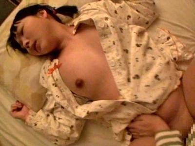 【エロ動画】家族から近親相姦&夜這いレイプされる可哀想なパイパンロリの美少女