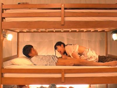【エロ動画】彼氏が2段ベッドにいるのにNTRを受け入れ正常位・後背位で突かれる巨乳ビッチな彼女…