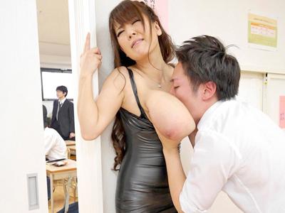 【エロ動画】息子の授業参観にボディコンで参加し凌辱レイプされちゃうビッチな爆乳人妻Hitomi