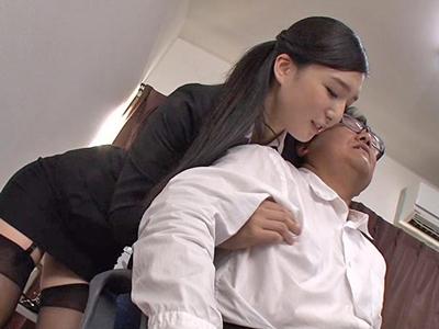 【エロ動画】上司を痴女るドスケベビッチの巨乳OLが濃厚ザーメンを美味しそうにごっくん…
