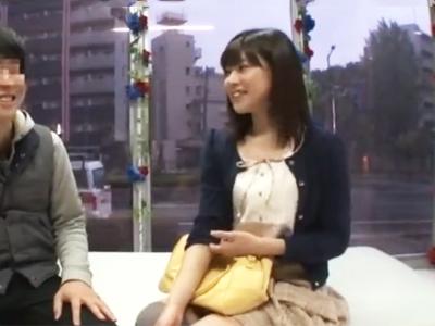 【エロ動画】男友達とMM号に乗り込みクンニ&手マンを受けて正常位でピストンされるスレンダー美少女