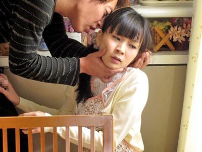 【エロ動画】自宅マッサージに来た客に中出しレイプされてしまう巨乳スレンダーな人妻・柳朋子